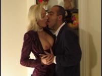 Une secrétaire en tenue ultra sexy baise avec son patron.