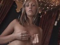 Une jeune blonde buveuse de sperme se fait pilonner dans le pieu de Shéhérazade!