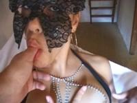 Une Antillaise au visage masqué exhibe fièrement sa toison pubienne!