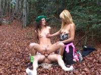 Deux randonneuses s'offrent une baise en trio dans les bois.