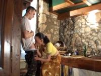 Une femme au foyer se fait baiser en levrette dans ses escaliers.