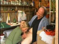 Papy baise sauvagement sa petite amie russe pendant que Bobonne est au marché!