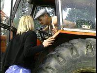Y a pas mieux qu'un tracteur pour draguer!