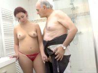 Papy voyeur veut aussi profiter de la rouquine