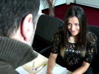 Jeune femme se tape un mec plus âgé dans son bureau