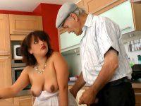 Papy baise une femme pulpeuse et charnue dans sa cuisine