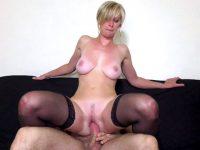 Elle invite un jeune homme pour se faire baiser et avoir son sperme sur les seins