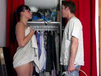 Elle sort de la douche et se fait enculer par le voisin avant la pluie de sperme