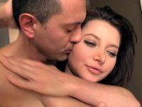 Il encule sa femme au réveil et lui remplit le conduit anal de foutre tiède