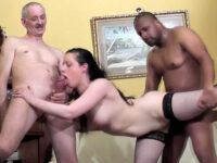 Minette brune et charnue se fait prendre en trio par un black et un vieux monsieur