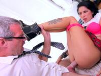 Le beau-père s'occupe du petit cul de sa belle-fille et lui jute dessus